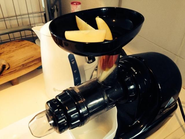 Pop de la fruta en rodajas / verduras en el cuello y presione suavemente hacia abajo para que llegue el mecanismo en espiral.