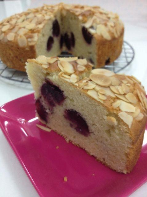 Cómo hacer fresco de la cereza y de la almendra Receta de la torta