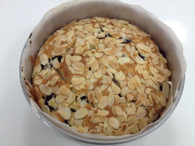 Hornear durante 1 hora y 10 minutos hasta que la torta esté dorada en la parte superior y firme al tacto. Enfriar en el molde durante 10 minutos.
