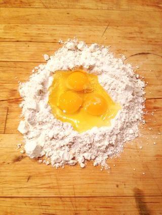 Romper los huevos en el centro.