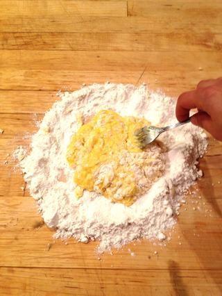 Romper las yemas con un tenedor y trabajar poco a poco la harina.