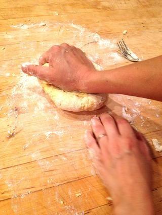Amasar la masa de la pasta unos 10 minutos hasta que la masa esté suave y elástica.