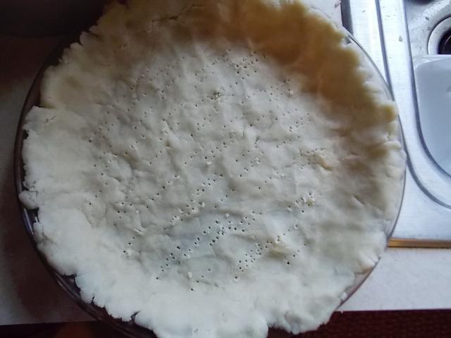 Después de formar masa en una bola comience a presionar con los dedos en un molde para pastel. Después de pulsar en la corteza empuje molde para pastel con un tenedor.