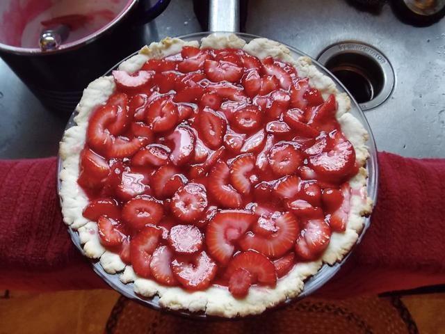 Después de agregar la fruta fresca vierta el relleno en la corteza de pastel. Deje reposar el pastel en la nevera hasta que esté firme para servir.