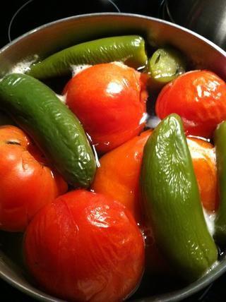 Hervir los tomates y jalapeños hasta que estén blandas. No se trata de tomates Roma, pero utilizan Roma tomatoes- que'll taste better.