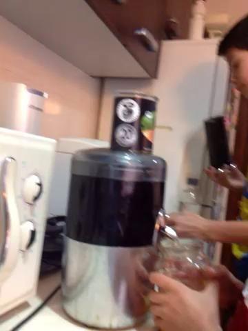 SPON los mangos en el compresor y vuelva a encenderlo. Sólo apague cuando no hay más jugo que sale.
