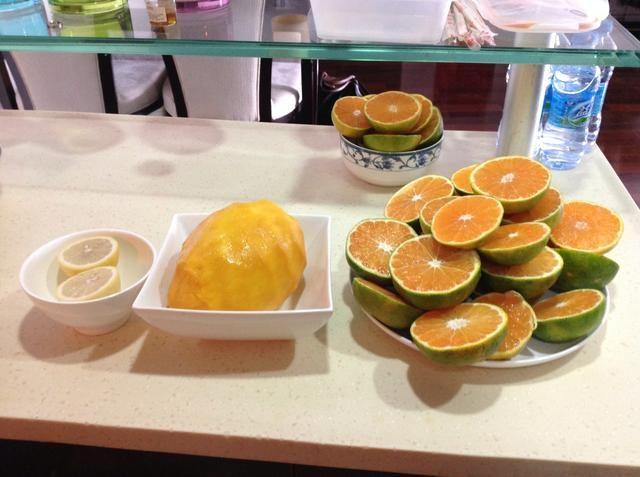 Ahora debe tener sus tres fruta preparada para hacer el jugo de naranja.