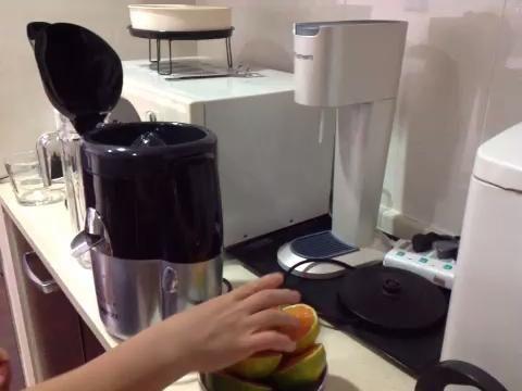 Tome la mitad de una naranja, y colocarlo debajo de la mesa de mezclas de frutas. Cierre la tapa con firmeza, y vuelva a encenderlo. Cuando todo el jugo se ha recogido, retire la media naranja de la máquina.