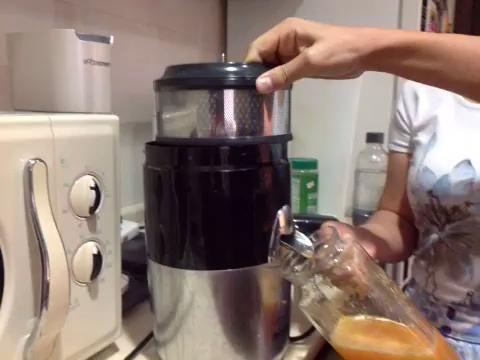 Vuelva a colocar el extractor de cítricos con el compresor de fruta para los mangos.