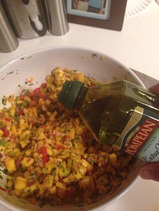 Añadir una cucharada de aceite y agitar de nuevo. Añadir sal y pimienta al gusto.