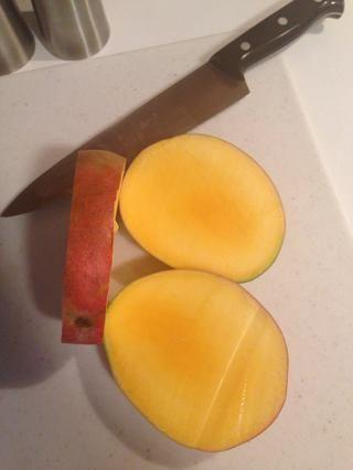 Deseche la sección central, la semilla es muy fibroso y doesn't have a pleasant taste.
