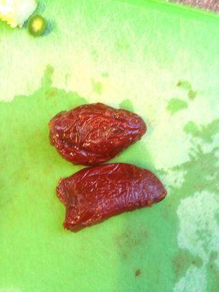 Ahora, finamente Dados los chiles chipotles. Acabo de cortar el tallo fuera y dados todo, incluyendo las semillas. Estos son blandas por lo que sólo Chop Chop lo mejor que puede y usted'll be fine.
