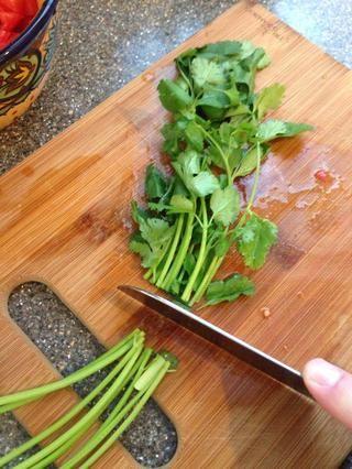 Picar un poco de cilantro - descarto algunos de los tallos, pero picar el resto con las hojas. si tu're bored you're welcome to peel individual leaves.
