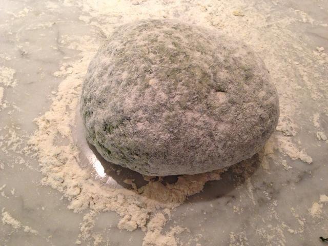 Amasar la masa, añadiendo más harina si es necesario para garantizar que no se queda pegajoso, durante unos diez minutos.