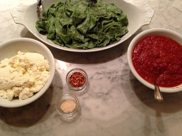 Su pasta es ahora listo para vestirse y comer! Recomendamos superando pasta de espinacas con salsa de tomate casera, buen aceite de oliva, queso ricotta fresca, y una pizca de sal gruesa y pimienta roja. YUM!
