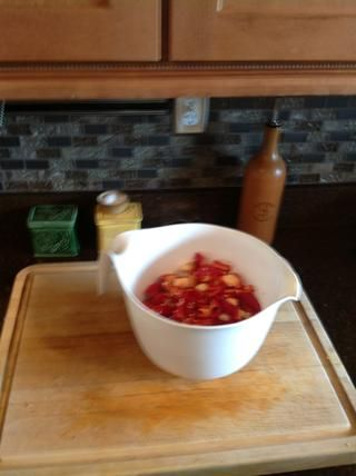Añadir Chiles y ajo en un recipiente no reactivo.