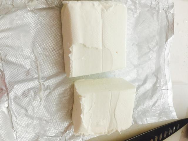 Cortar por lo menos 3/4 de la barra de queso crema