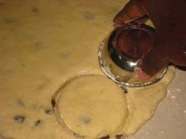 Usando un cortador redondo / recipiente pequeño, presione para cortar rondas de la masa.