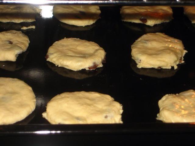 Coloque la bandeja en el nivel superior del horno una hornear durante 10-12 minutos o hasta que esté dorado