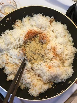 Añadir 1 cucharadita de pimienta, chile, y 2 cucharaditas de knor pollo