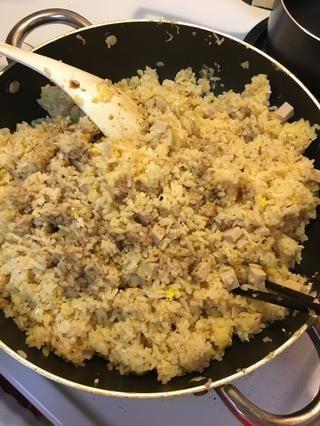Añadir proteína de elección y más de salsa de soja, según sea necesario