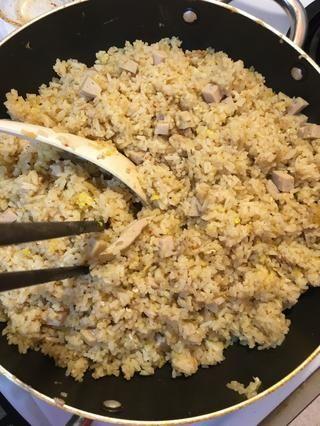 Mezclar continuamente el arroz durante 5 minutos a fuego medio, retirar la sartén del fuego y servir!