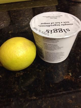 Enfriar durante unos minutos antes de agregar el jugo de yogur y limón. Déjame en paz durante 10 minutos.