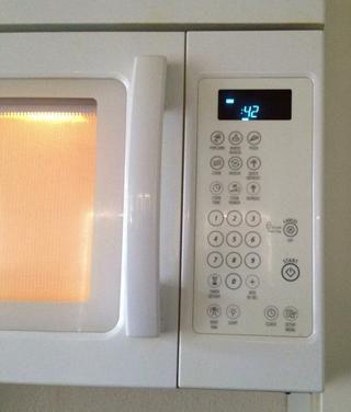 Calentar la jarra de leche en el microondas ... Yo suelo puse a 50 segundos