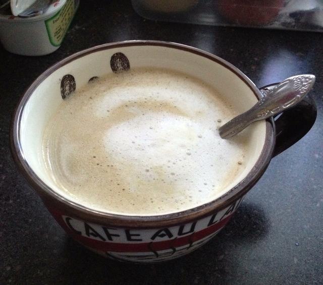 Vierta la leche en su café y disfrutar!