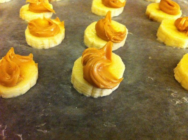 Ponga un poco de masa de mantequilla de maní en la parte superior de cada uno. He utilizado la parte de atrás de una cuchara.