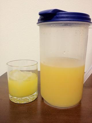 Agregue 3 onzas de jugo de piña en su vaso de hielo.