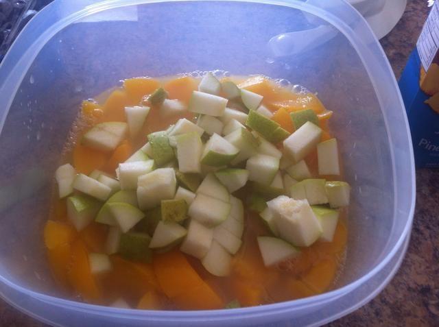Añadir las peras cortadas en cuadritos.