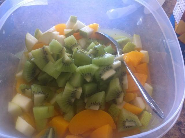 Añadir kiwi en cubos.