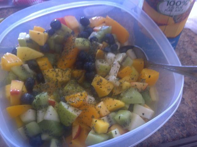 Añadir menta seca, un poco de jugo de piña y la pasión jugo de frutas. Usted también puede agregar un poco de jugo de limón a tener un sabor más amargo.