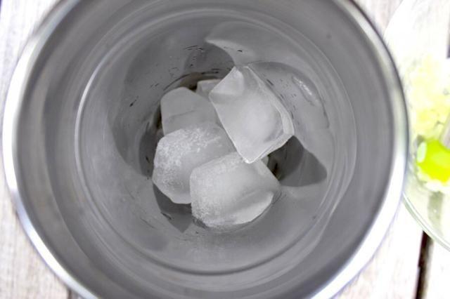 A continuación añadimos el hielo ... En ella va!