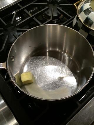 Derretir la mantequilla a oyen medio hasta que se derrita.
