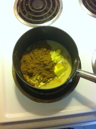 Repita los pasos para hacer el caramelo - Coloque el restante de leche condensada, azúcar, jarabe de glucosa, jarabe de oro y la mantequilla en un cazo basado pesado a fuego lento.