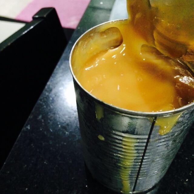 Tengo una guía en la fabricación de dulce de leche aquí en Snapguide ?????? que se acaba hirviendo una lata de leche condensada sin abrir durante unas horas. Usted sólo puede usar el caramelo también!
