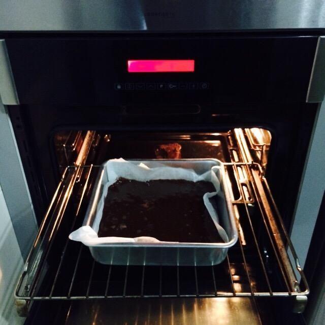 Vierta la mezcla en una fuente para hornear forrada con bicarbonato / papel de pergamino y hornear durante 30-40 minutos. Le tomó unos 35 minutos para mí. Sólo tienes que comprobar cada 2 minutos cuando've reached the 30th min mark ��