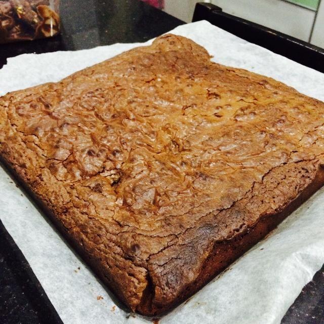 ¡Hecho! Asegúrese de que se enfríe un poco antes de retirar el brownie de la sartén o de lo que se vendrá abajo.