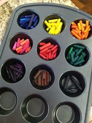 Coge una sartén magdalena metal y ordenar los crayones de colores ... por romper cualquier crayones a precios menores que don't fit. Bake at 250 degrees for about 10 minutes or until crayons are melted.