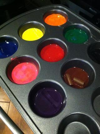 Algunos lápices de colores nunca se derriten ... Encontré los marrones especialmente difícil de fundir completamente. Recomendar una cuchara de plástico para cada color. Vuelva a calentar en el horno si la cera comienza a endurecerse.