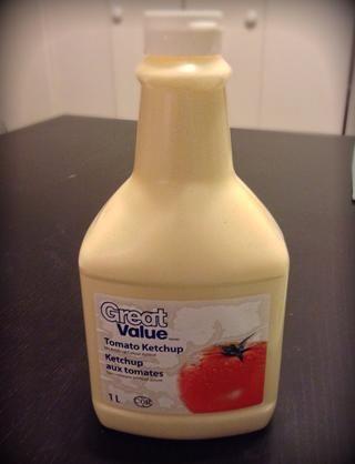 Puede también una gran bolsa zip lock y cortar un pequeño agujero en la esquina inferior. Pero me gusta mucho la botella de salsa de tomate porque es muy fácil de verter y que doesn't make a mess.