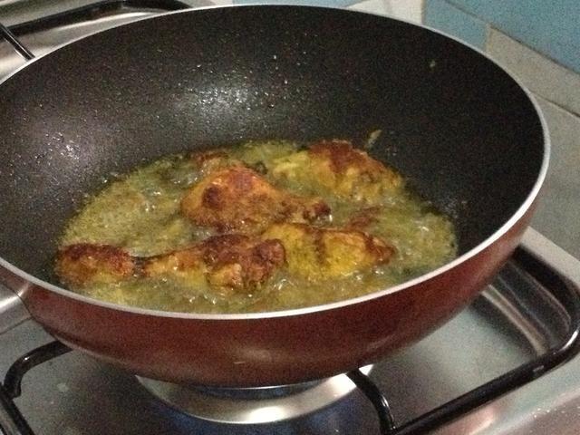 Cocer durante unos 3 minutos por cada lado. Nota: chalotes nos dan sabor fragante y hermosa, pero algunas personas omiten las chalotas coz chalotes tienden a hacer que el pollo frito fácilmente dore.