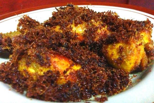 Pollo frito Rematado con las especias galangal. Disfruta con arroz jazmín caliente o arroz amarillo celebración :) Espero que te guste