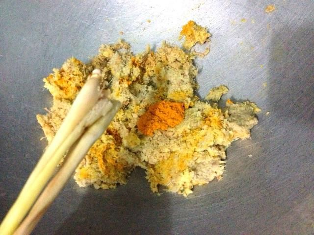 Añadir en 2 tallos de hierba de limón. Magullados la parte blanca