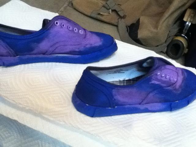 Luego llene el negro con el siguiente color .. Don't make the shoes symmetrical they look cooler different..