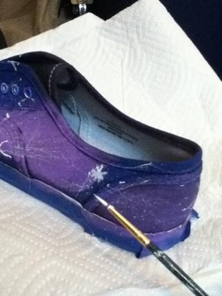 Ahora que've splattered add little stars randomly around the shoe let them dry and your done!!