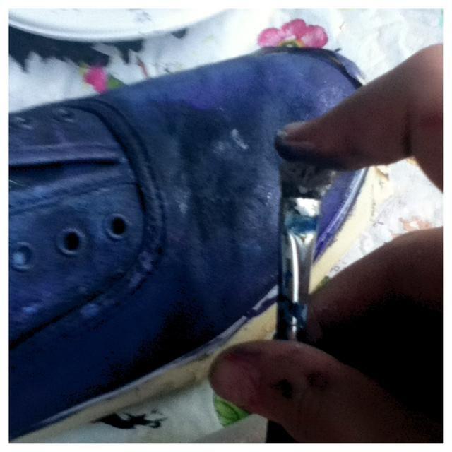Ahora ponga un poco de pintura blanca en su pincel regular y hojear un poco de pintura blanca en el zapato para las estrellas. Esto se hace tirando de los pelos hacia atrás y dejar ir.