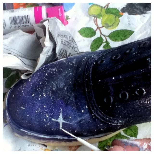 Después de usted've put stars all around your shoe, then it's time for the bigger stars. You can do this with a nail polish brush or a fine tip brush. Most of my stars look like a crosses or diamonds!